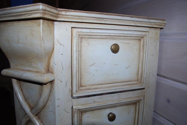 Окрашенная патиной мебель
