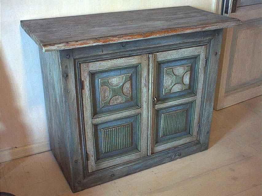 Окрашенный под старину деревянный стол