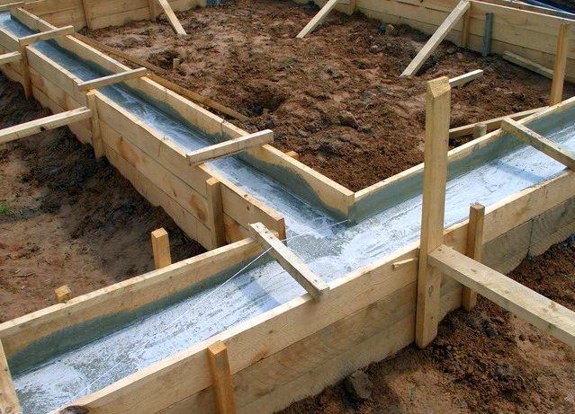 Опалубка должна быть надежно укреплена, чтобы она не прогнулась под весом бетонной смеси
