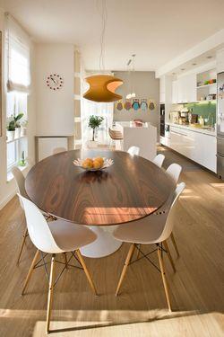 Овальный стол для большой кухни.