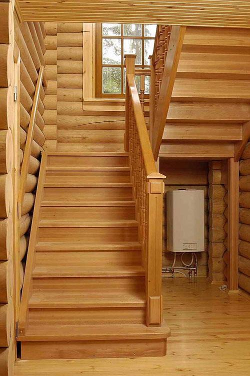 П-образная лестница из дерева на тетивах