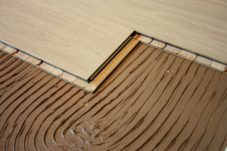 Паркетная доска на клей укладывается так же, как и плитка
