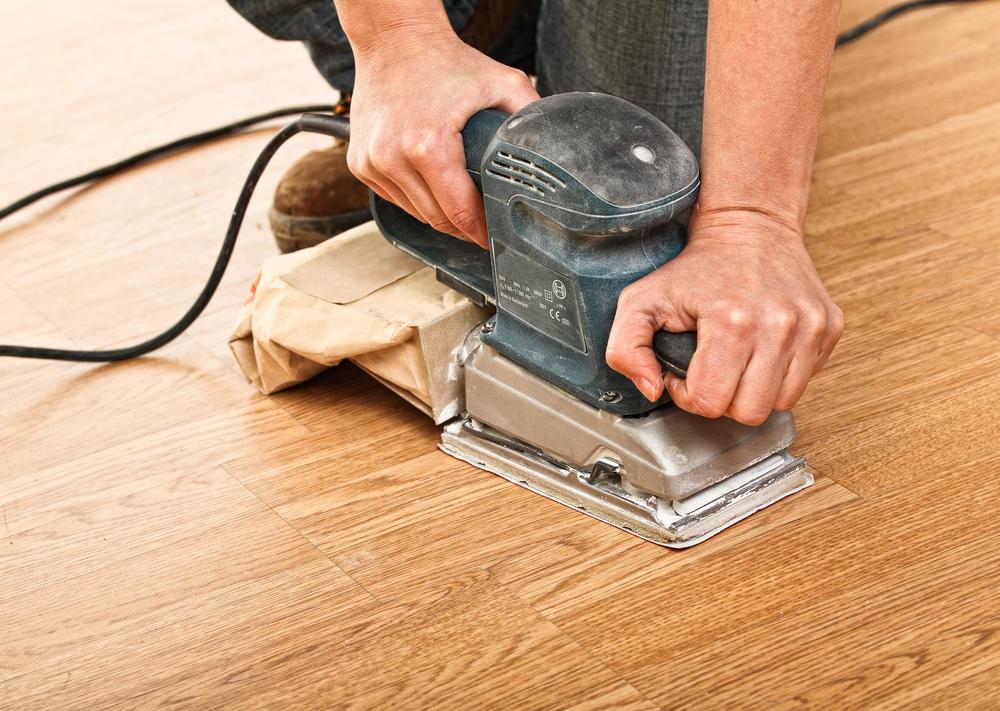 Перед нанесением лака тщательно шлифуем древесину