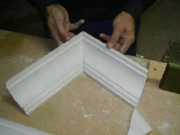 Перед тем, как клеить галтель, примерьте получившийся угол на столе