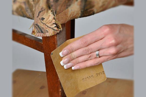 Перед тем как обновить старый деревянный стул своими руками, следует снять с него краску
