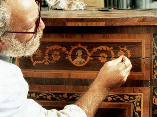 Перед тем, как отреставрировать старый деревянный стол, необходимо ознакомиться с правилами работ.