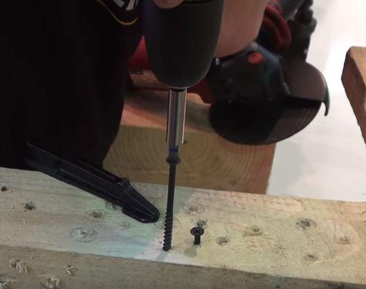 Перед тем, как вкрутить саморез в дерево своими руками или с помощью электроинструмента, необходимо определить плотность и структуру материала
