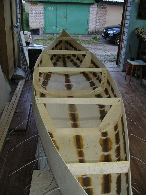 Почти любая технология изготовления лодки из фанеры предполагает проклейку швов для их герметизации