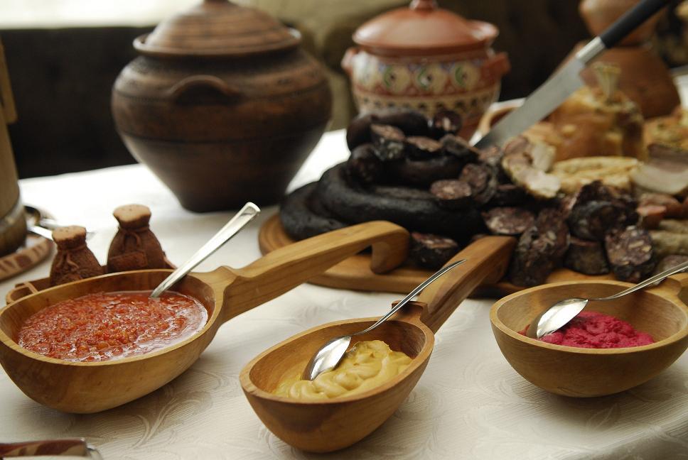 Подача еды в деревянной посуде способствует хорошему аппетиту.