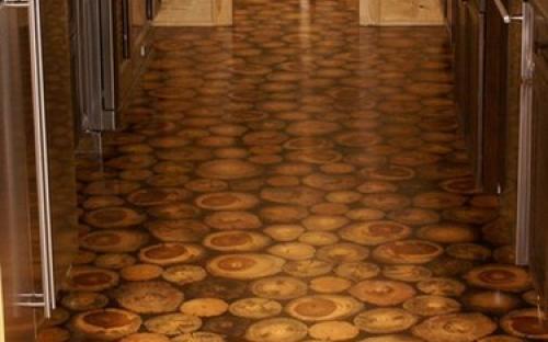 Полированный пол из деревянных спилов в доме
