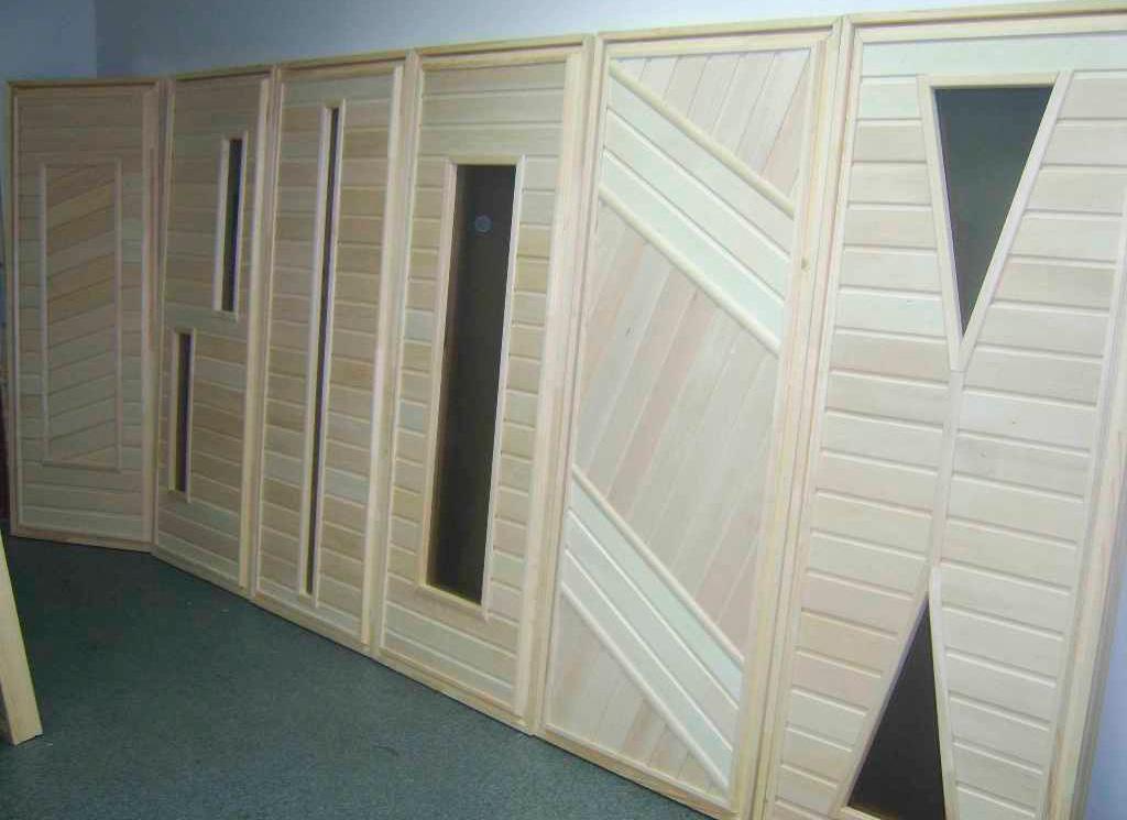 Полотна, изготовленные не из массива, зачастую применяются на дачных постройках: банях, хозяйственных блоках, туалетах