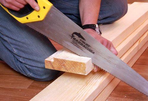 Порезка доски с помощью ножовки