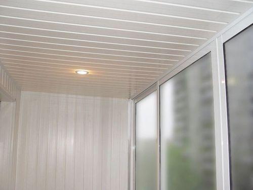 Потолок на балконе из металлического сайдинга