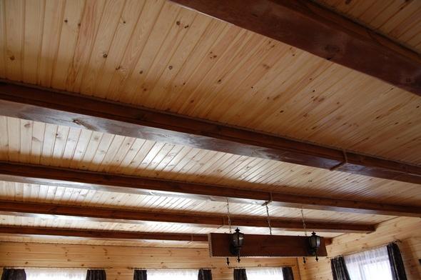 Потолок обшитый вагонкой.