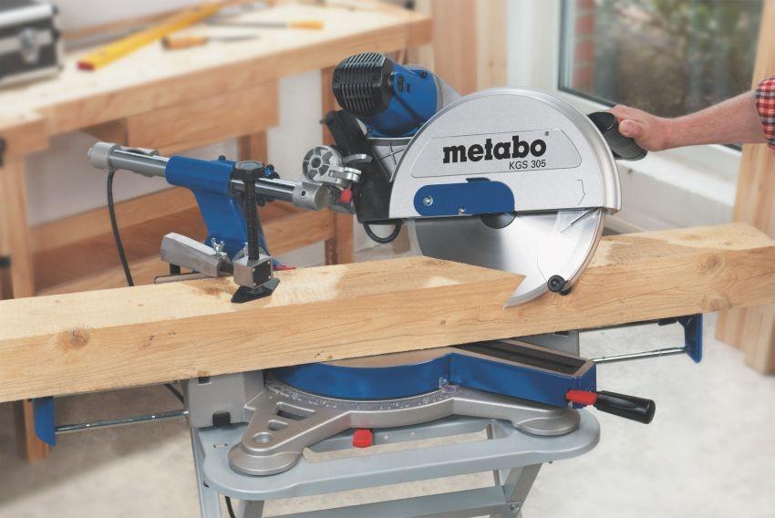 Поворотная платформа позволяет разрезать заготовку под нужным углом.