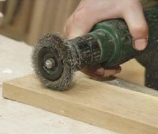 При брашировании древесина подвергается жесткой механической обработке.