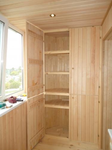 При необходимости можно установить деревянный шкаф на балкон.