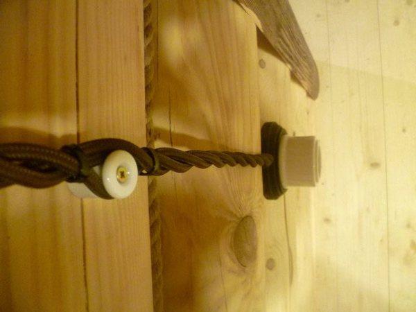 При разработке схемы электрики в деревянном доме своими руками учитывайте места установки мебели и интерьерных украшений.