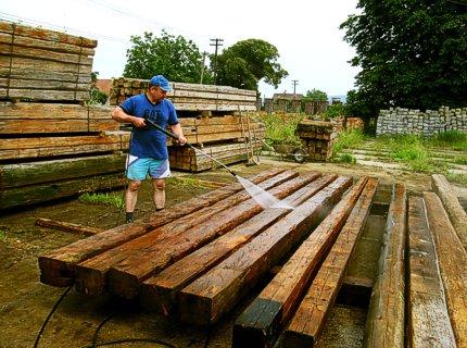 При строительстве домов из бруса или бревна пропитку наносят перед укладкой венцов, чтобы получить возможность обработать все стороны материала