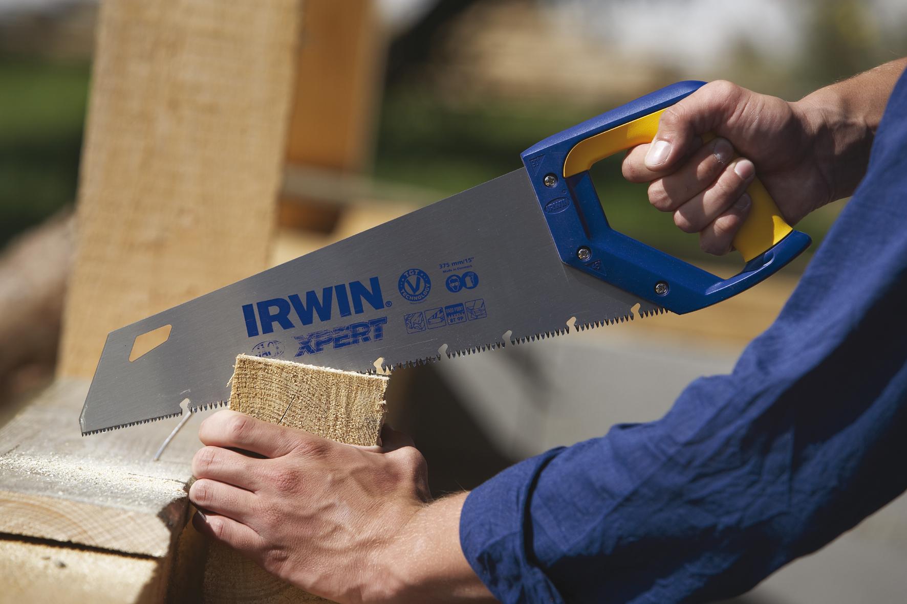 Применение ножовки для резки строительного бруса