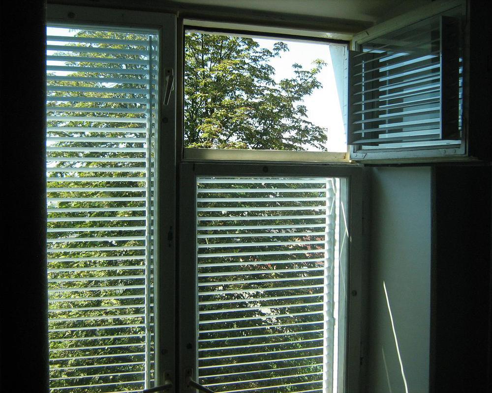 Пример -жалюзи на деревянные окна с форточкой