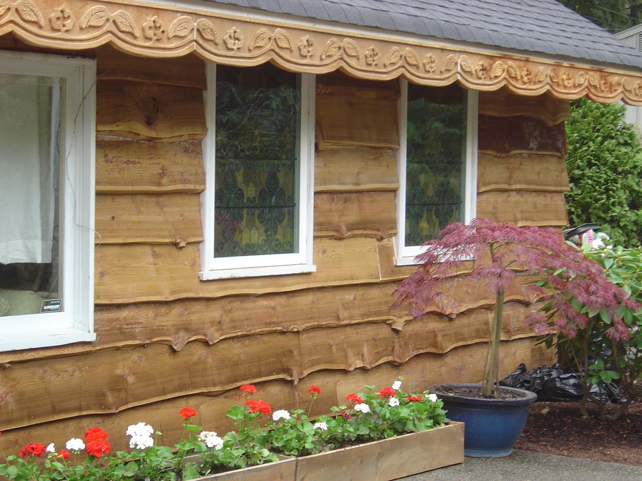 Фасад дома из необрезной доски