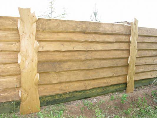 Пример того, как деревянные заборы для дома можно изготовить из горбыля