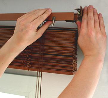 Присоединение конструкции и проверка ее работы – финальная стадия монтажа, как видите, инструкция по тому, как установить жалюзи на деревянные окна, весьма проста