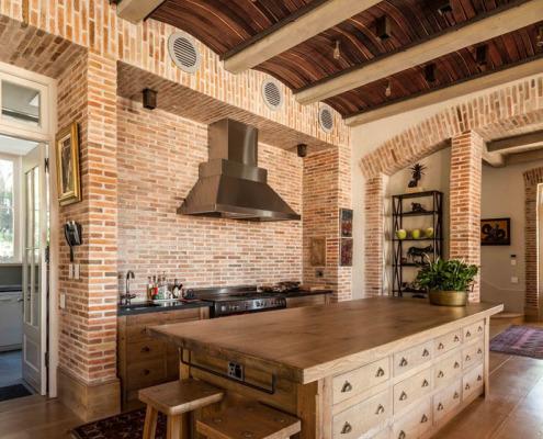 Прочный и негорючий материал – идеальный вариант для кухни, где высока вероятность потопа или пожара