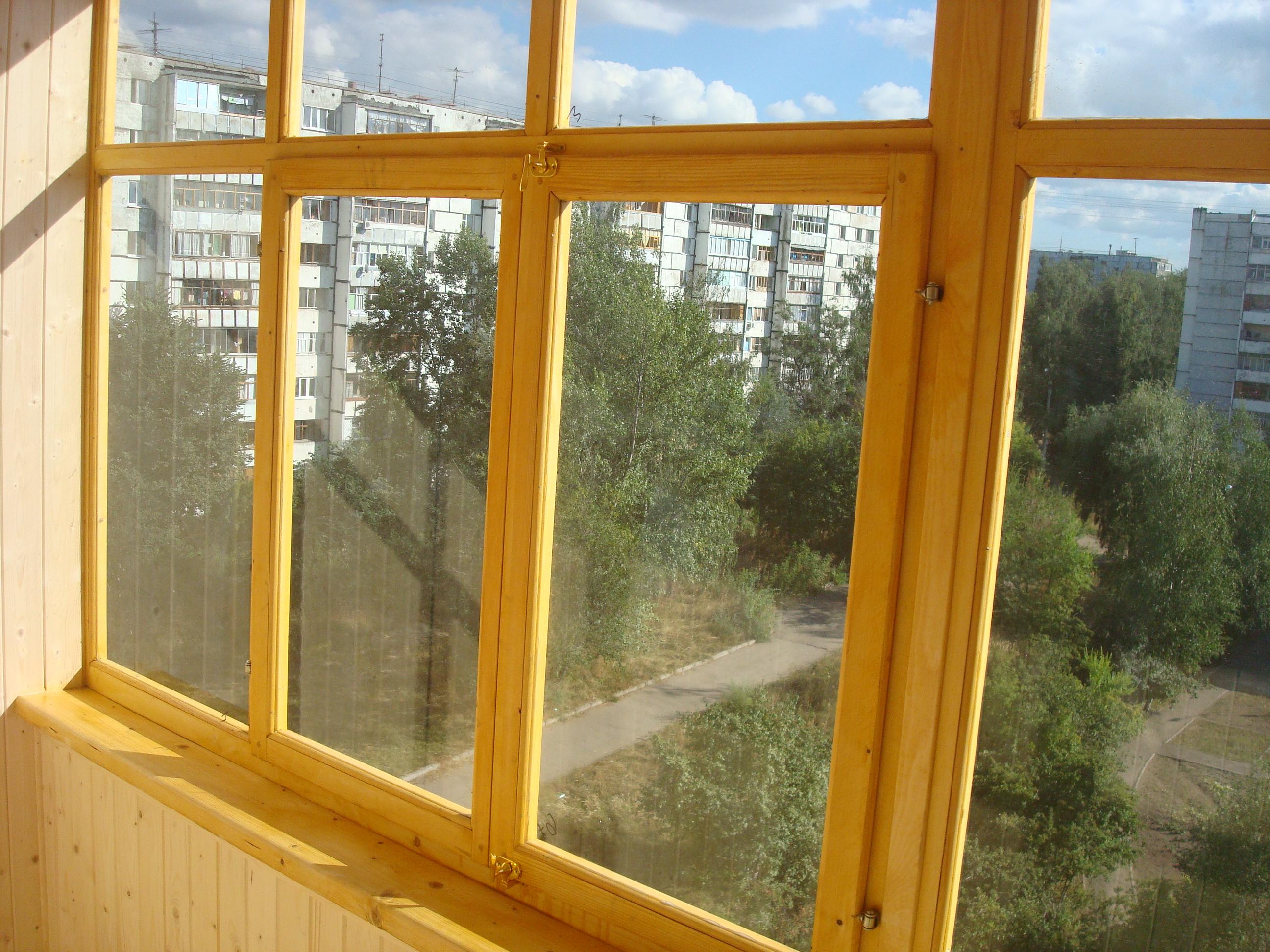 Остекление балконов деревянными окнами.