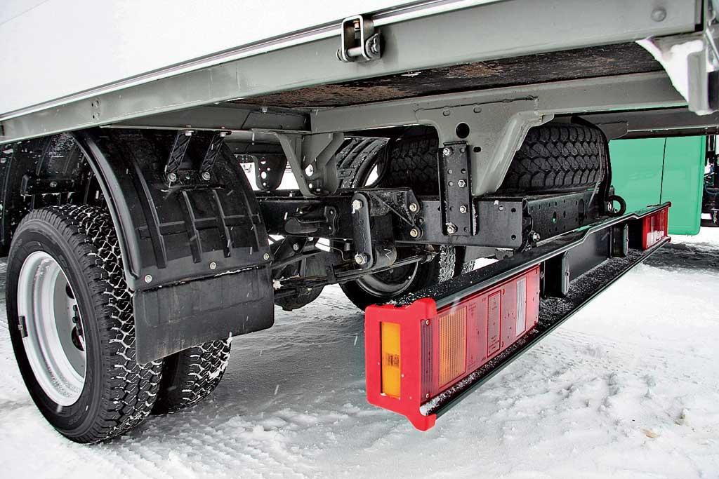 Противооткатный брус грузового автомобиля