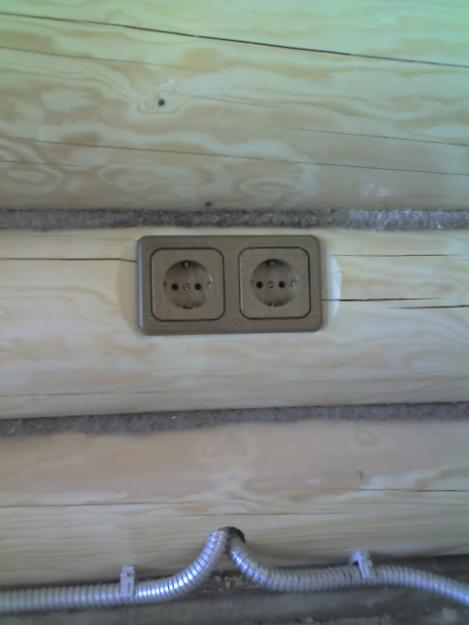 Проводка в стене.