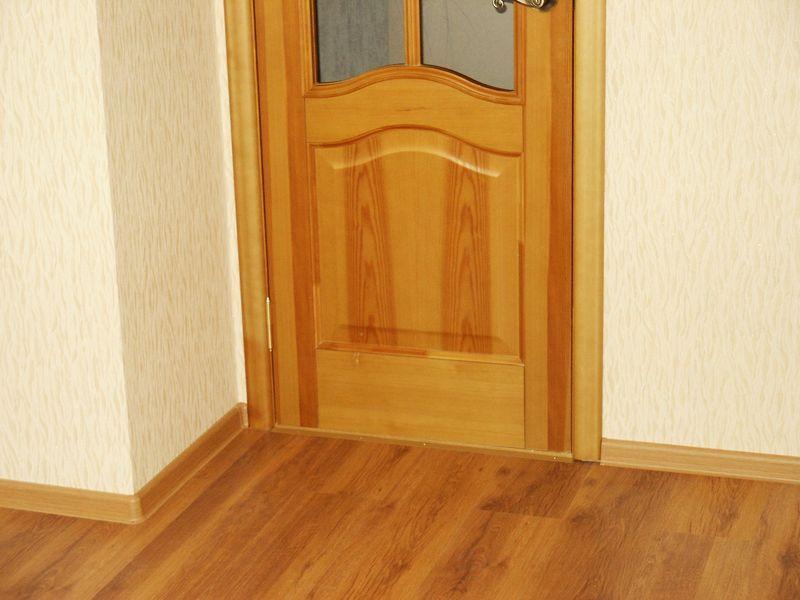 Прямой стык напольной галтели и дверного наличника
