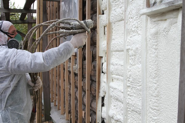 Работы с эковатой производятся в специальном защитном снаряжении