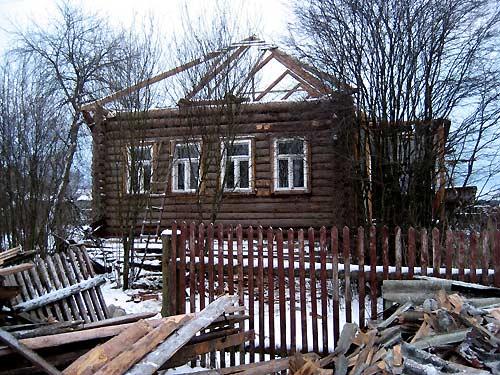 Реконструкция крыши деревянного дома – одна из самых популярных мер.