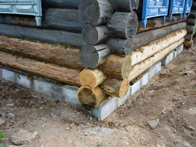 Ремонт деревянного дома и замена венцов требуется уже спустя 40-50 лет после возведения сооружения