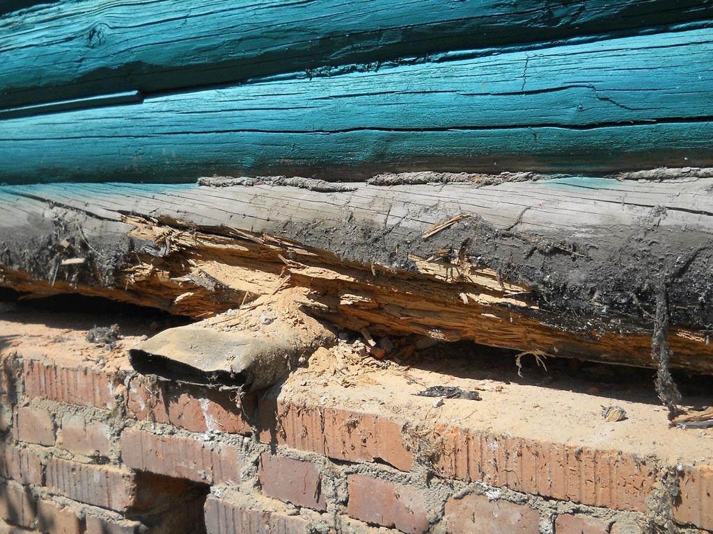 Ремонт нижних венцов деревянного дома чаще требуется там, где древесина не получила должной защиты от влаги