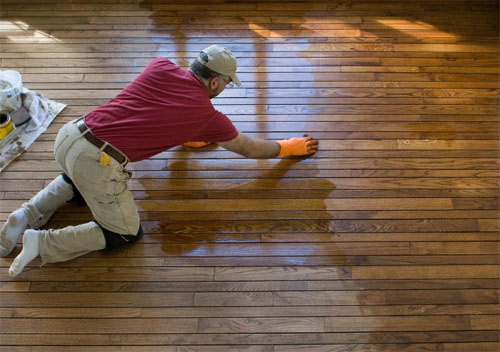 Реставрация деревянного пола своими руками способна вернуть покрытию первоначальную красоту и прочность.