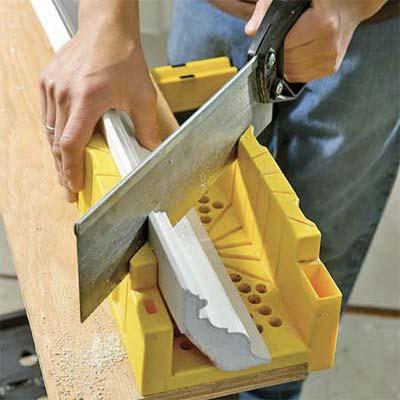 Резка плинтуса с помощью ножовки и стусла под углом 45 градусов