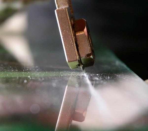 Резка стекла должна выполняться уверенным точным движением