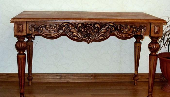 Резной стол из дерева