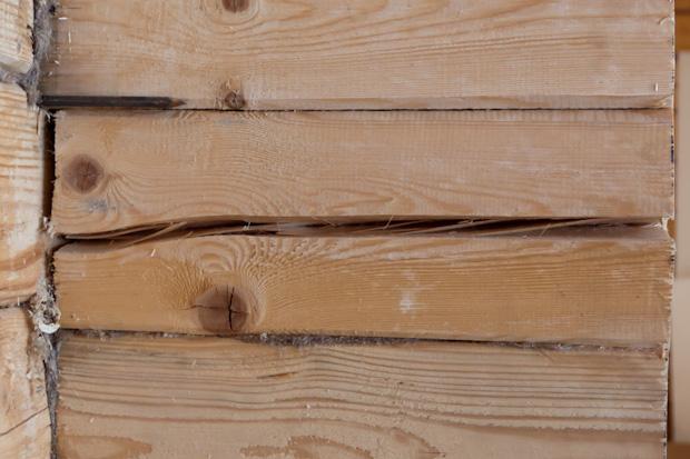 Ровный брус при усадке образует щели