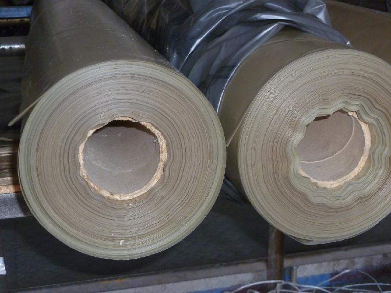 Рулоны толстой плёнки из полиэтилена