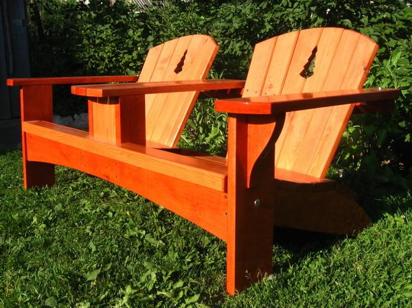 Садовая мебель на фото изготовлена из ольхи