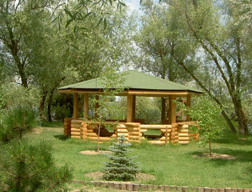 Садовые деревянные беседки прекрасно вписываются в окружающую их природную обстановку