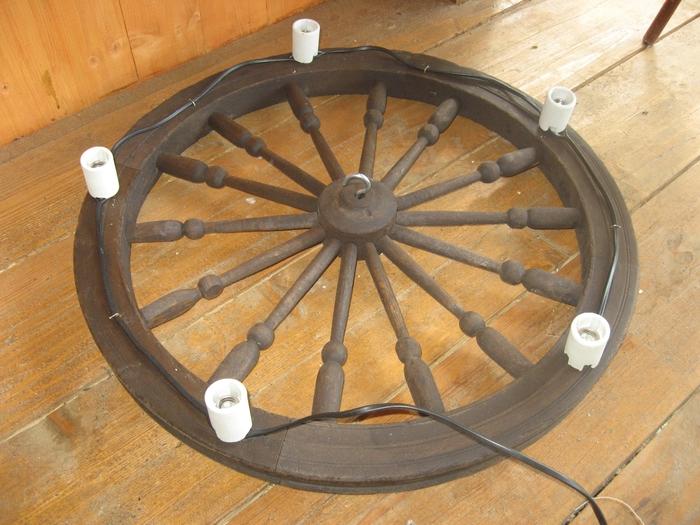 Самодельная люстра-колесо. Спицы выточены на токарном станке.