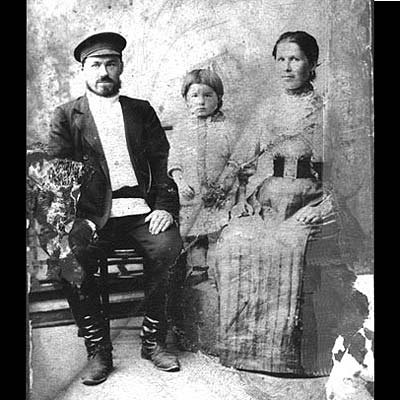 Семен Иванович Бронников с женой и сыном.