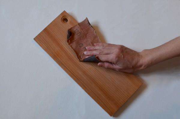 Шлифовку выполняем строго вдоль волокон, как показано на фото