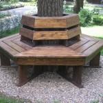 скамейка позволит отдохнуть под деревом небольшой компанией