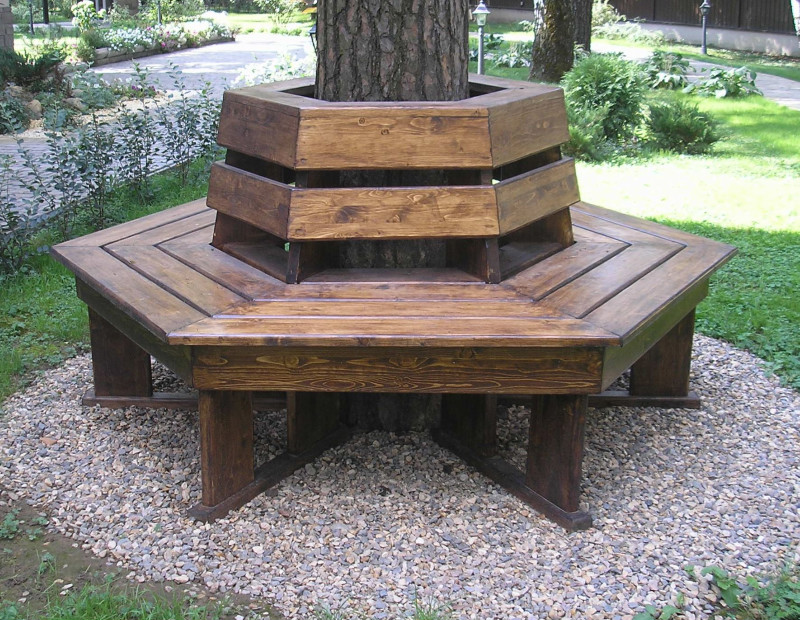 Скамейка из ствола дерева